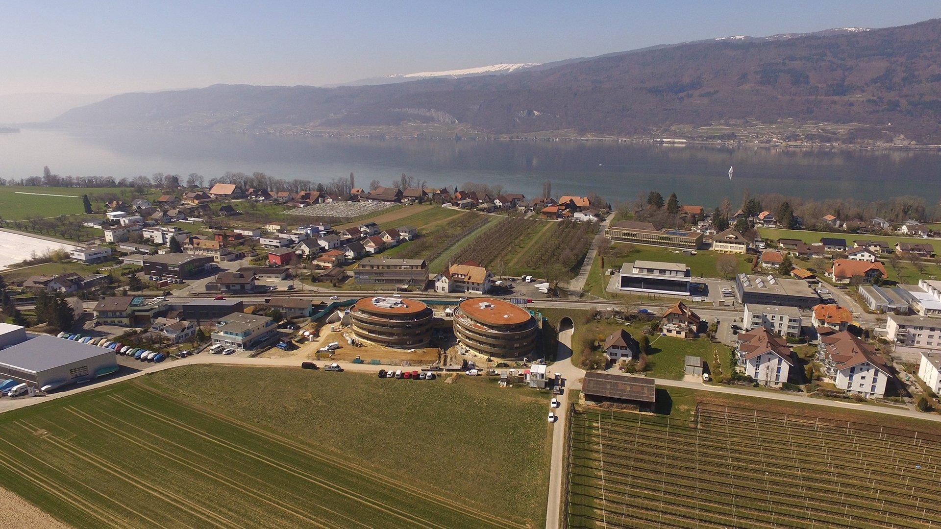 Drohnenaufnahmen des Gebäude im Bau mit dem See im Hintergrund