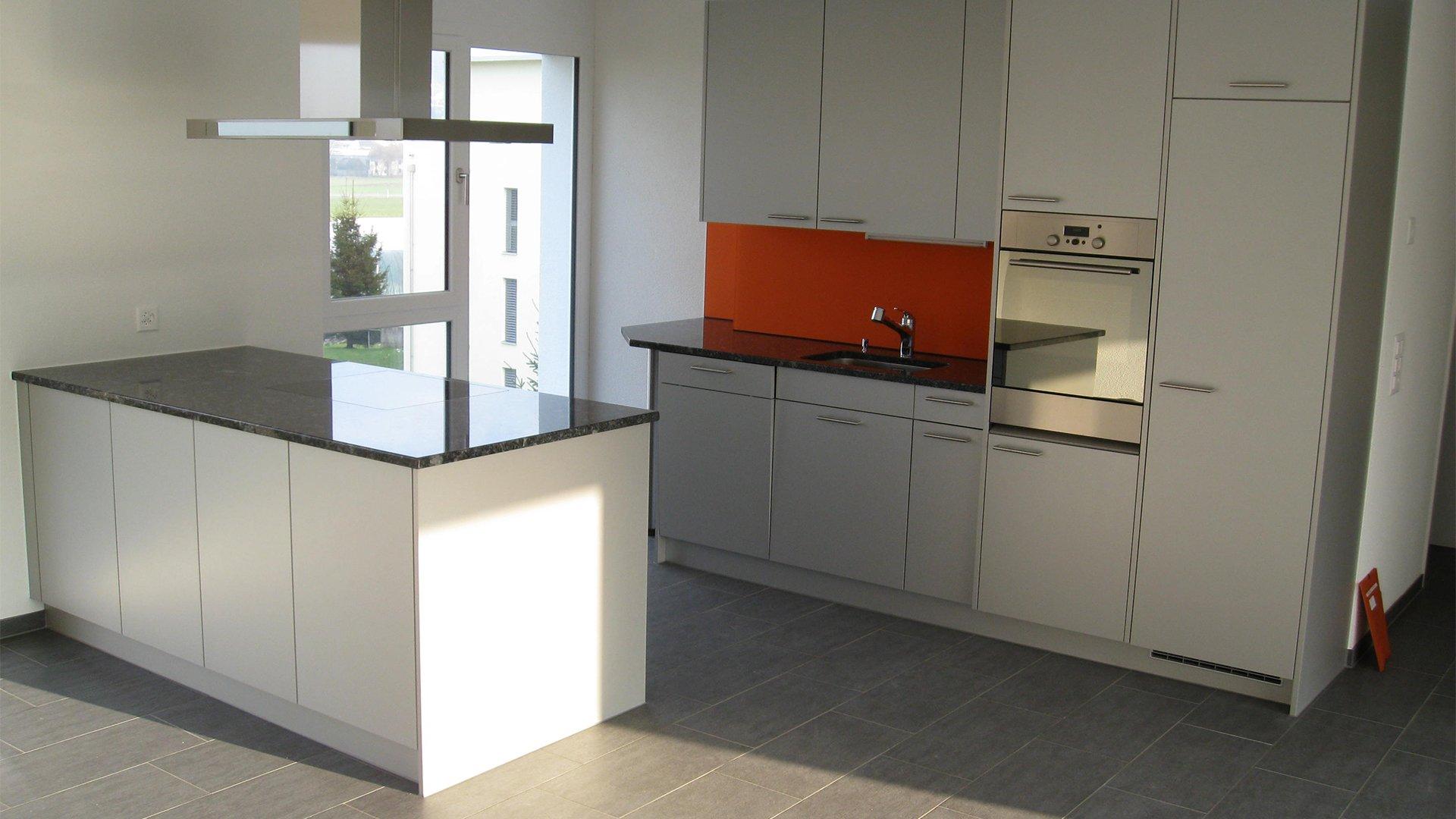 Küche in Grau Tönen von Pflegewohngruppe in Holzigen