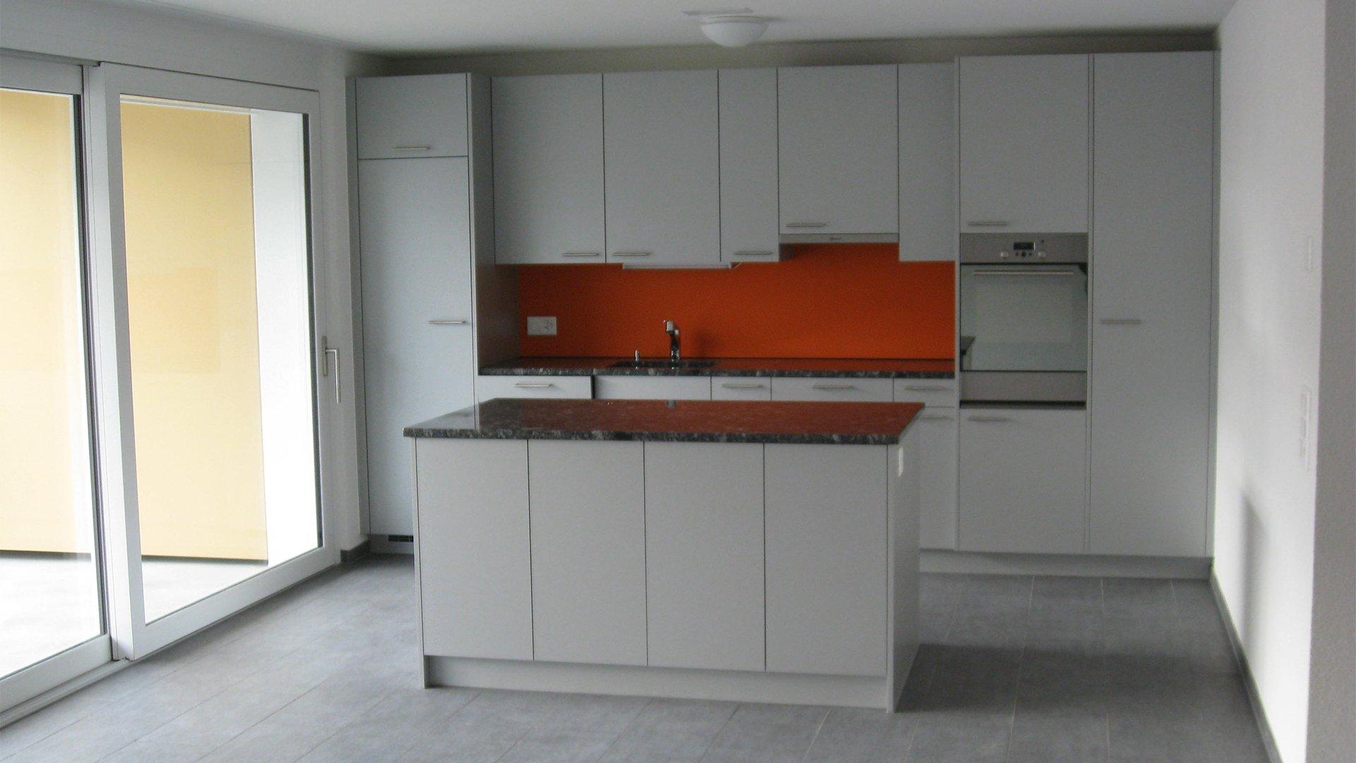 Hellgraue Küche in einem Raum mit großer Fenster front
