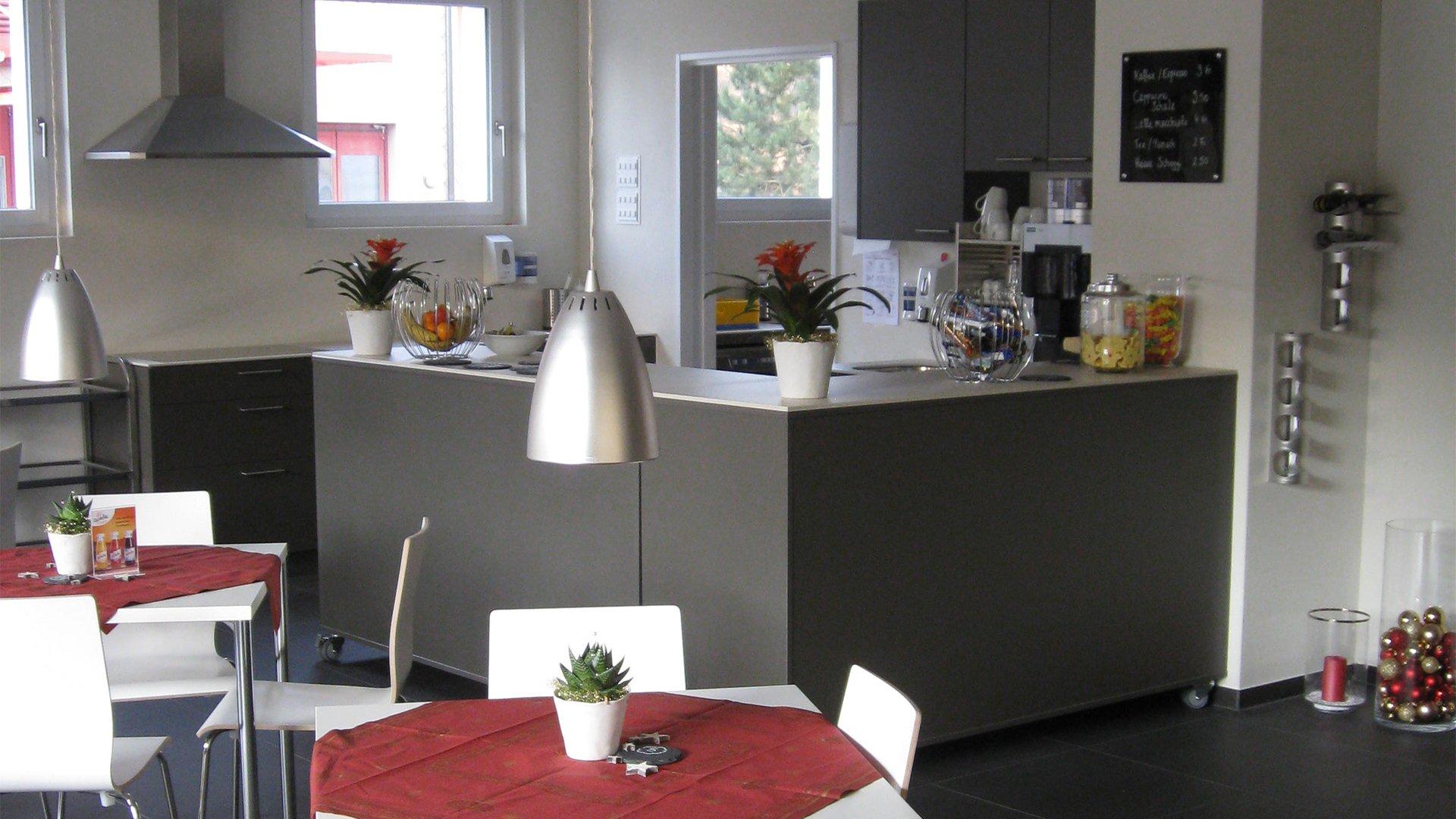 Dunkel Graue Küche mit Essbereich mit weißen Tischen