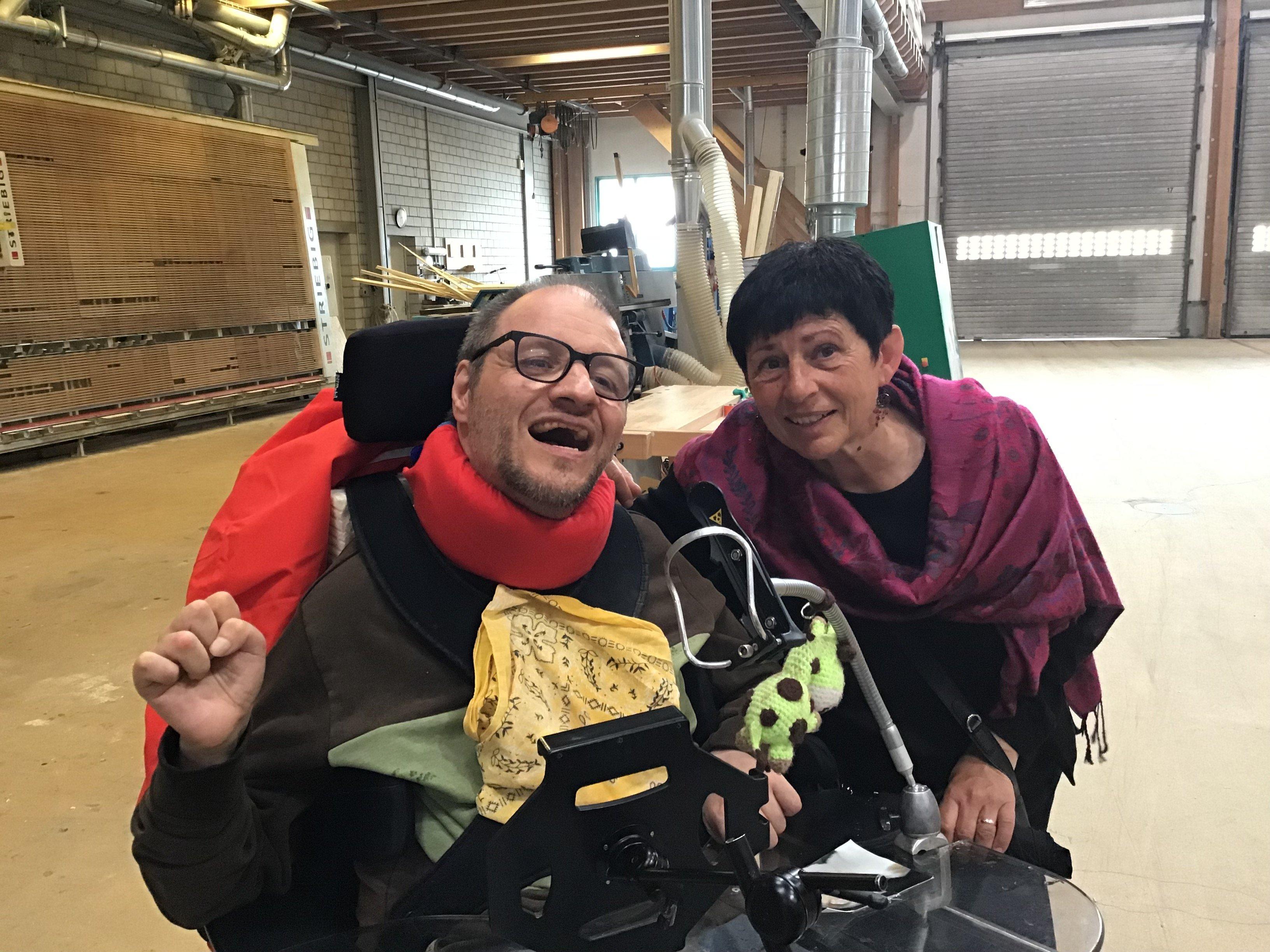 Selfi von Olivier Schütz, Bewohner Stiftung Aarhus in Grosshöchstetten und Cornelia Dittli, Leiterin Therapie
